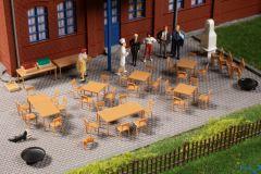 10 Tische und 40 Stühle