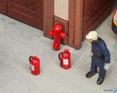 6 Feuerlöscher und 2 Hydranten