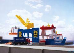 Frachtschiff und Hafenkran