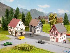 3-teiliges Dorf-Set mit 2 Wohngebäude und 1 Hofgut