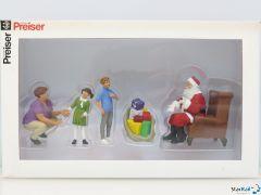 Weihnachtsmann in Sessel mit Mutter und Kinder
