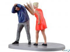 Frau mit Nudelholz bewegt
